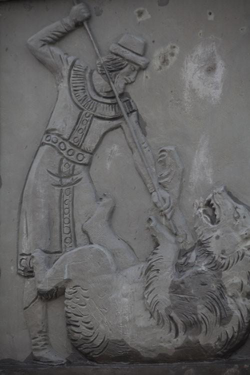 По преданию, Ярославль возник на том месте, где Ярослав Мудрый зарубил медведя. Сегодня город щедро украшен изображениями медведя с секирой. А вот памятник Ярославу Мудрому в городе только один.