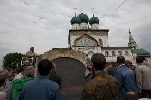В воротах – самая большая в православном мире икона Спасителя, одна из самых почитаемых святынь Ярославской земли.