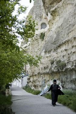 Пещерные монастыри в Крыму – не редкость. Многие из них очень древние. Часть келий и храмов этих монастырей располагаются в вырубленных в скалах пещерах. На фото: пещерный Успенский монастырь под Бахчисараем