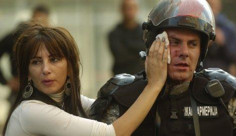 В результате столкновений пострадало более ста полицейских.
