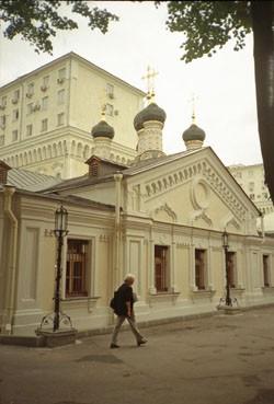 В районе Средних Садовников напротив Кремля стоит высокая колокольня Софийского храма. Непосредственно на набережную выходит фасад колокольни, она построена в 1860-х годах по проекту архитектора Н.И.Козловского. Красивейшее сооружение: стройная, легкая, изобилующая деталями русского стиля, она стоит в нужном месте — это единственная вертикаль в «парадной фасаде» Софийской набережной