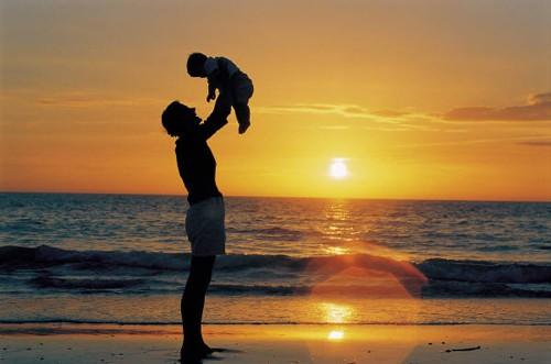 Чтобы включились отцовские чувства, нужно проводить с ребенком время. Чем интенсивнее отец участвует в жизни ребенка, тем выше у ребенка IQ, тем лучше его академическая успеваемость, тем меньше у него психологических проблем и проблем с законом. Отец нужен ребенку в любом возрасте; мама, хотя она во многом важнее, его не заменяет, потому что у отцов есть свои особые дары.