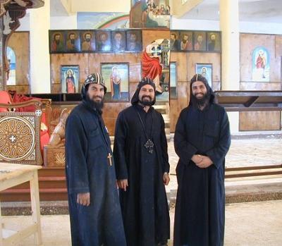 Монахи в храме до того, как он был сожжен.