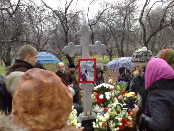 По окончании панихиды верующие подходят к могиле иерея Даниила Сысоева