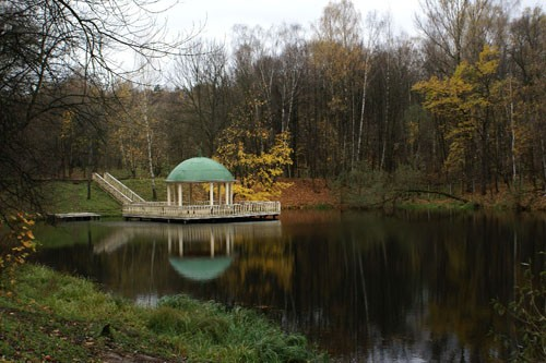 Когда-то усадьбу Узкое украшали несколько каскадных прудов, один из них сохранился на территории санатория Российской академии наук