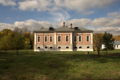 Недалеко от храма расположен усадебный дом — один из немногих памятников елизаветинского барокко в Москве