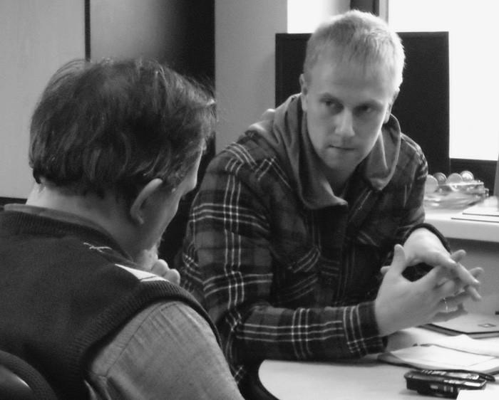 Николай Бреев беседует с отцом Александром Дьяченко