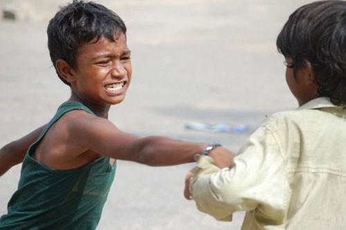 Чтобы ребенок не становился «мальчиком для битья», в нем с самого начала нужно воспитывать чувство собственного достоинства.  Ребенок должен понимать, что чувство собственного достоинства есть и в других людях. Поэтому необходимо воспитывать в маленьком человеке уважение к себе и другим.