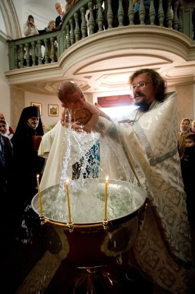 Крещение младенца. Справа - игумен Арсений (Соколов). Фото: иподиакон Сергий Царалунга.