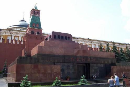 Советская власть у нас официально закончилась в 1991 году, а ее главный символ — искусственно сохраняемые лжемощи В. И. Ленина остались на прежнем месте.