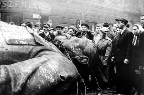 Разрушение памятника Сталину в ходе студенческих демонстраций 23 октября 1956 года