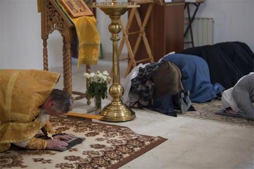 У каждого из молящихся — коврик, который перед земным поклоном стелется на пол. В поклоне молящийся касается его ладонями
