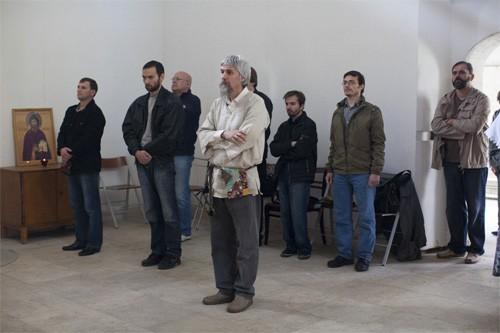 Женщины и мужчины стоят в разных частях храма, во время каждения молитвенно воздевают руки, в остальное время руки держат скрещенными. Все движения сведены к минимуму