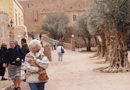 Паломники и туристы у стен монастыря