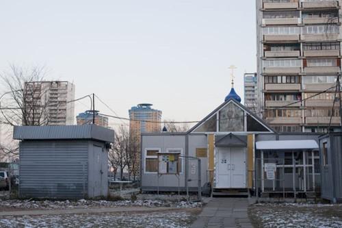 Сейчас на месте строительства уже стоит временный храм и это самый доступный храм в Строгино - он находится в центре района, у метро - многим жителям такое расположение удобно. При храме сложилась приходская община, издается газета, есть свой сайт http://nvmr.strogino.ru/  Но во временном строении места мало - не все желающие могут поместиться внутрь - пришлось даже сделать динамики на фасаде, чтобы можно было слышать службу и с улицы