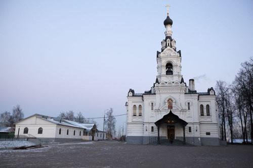 Церковь в селе Троицком-Лыкове была построена аж в 1698-1703 гг. в имении стольника Нарышкина и по его заказу. По преданию, камень в основание храма был заложен Петром I в знак уважения к своему дяде