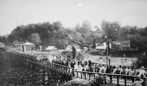 Перенесение мощей св. преподобной Евфросинии из Киева в Полоцк через Красный мост. Фото 1910 года