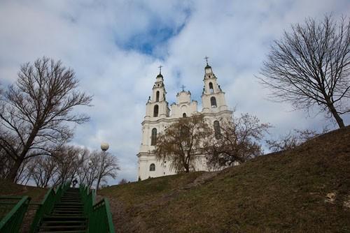 Софийский собор Полоцка, современник соборов Киева и Новгорода. От древней кладки сохранился фундамент и алтарные апсиды. Сейчас этот памятник архитектуры XI в. используется как концертный зал