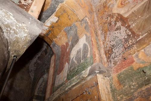 На одной из расчищенных фресок, изображающих житие св. Антония Великого, реставраторы обнаружили кентавра. В житии действительно упоминается встреча святого со странным существом, «частью человеком, частью конем»