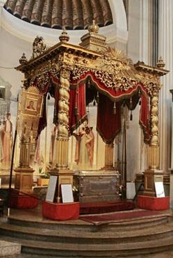 Рака  с мощами св. блгв. князя Александра Невского в южном приделе Троицкого собора Александро-Невской лавры