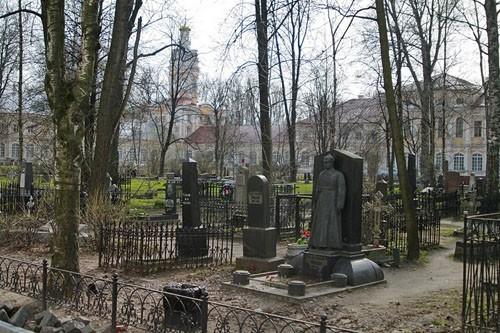 Вход в Александро-Невскую лавру сегодня начинается с «красного пяточка» (на фото с могилы со звездами), где в советское вреям хоронили заслуженных красноармейцев. Теперь монахи ухаживают за их могилами