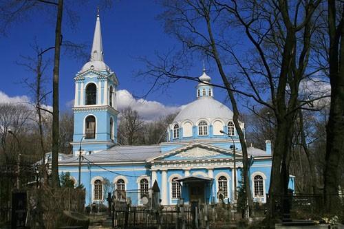 Храм Смоленской Божией Матери на Смоленском кладбище, который тайно, по ночам, помогала строить св. блж. Ксения, нося на леса кирпичи