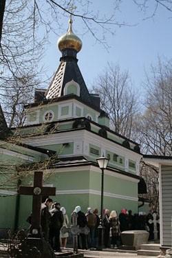Очередь в часовню-усыпальницу св. блж. Ксении Петербуржской на Смоленском кладбище движется быстро. Там можно отдать записки на молебен и приложиться к нее надгробию