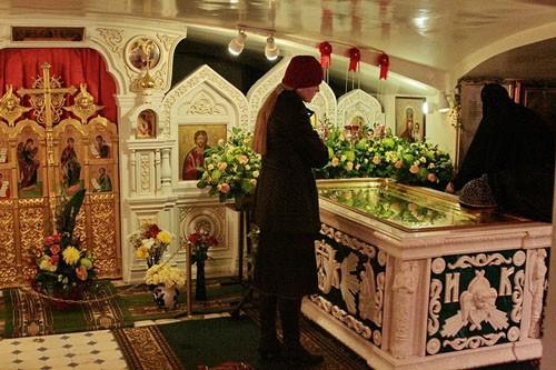 В нижем храме-усыпальнице Свято-Иоанновского монастыря покоятся мощи св. Иоанна Кронштадтского