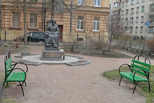 Памятник св. прав. Иоанну Кронштадскому в Кронштадте, рядом с домом, где он жил, прямо под болконом, с которого часто приветствовал народ