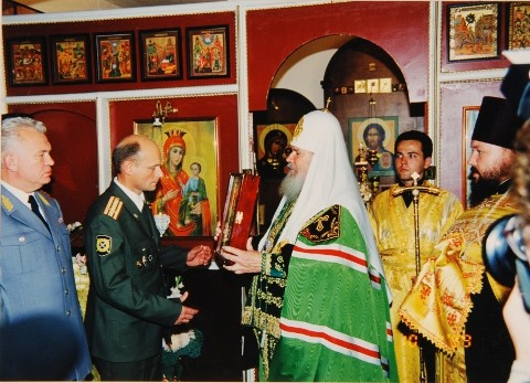 Освящение храма. Святейший Патриарх Алексий передает икону полковнику Александру Добродееву