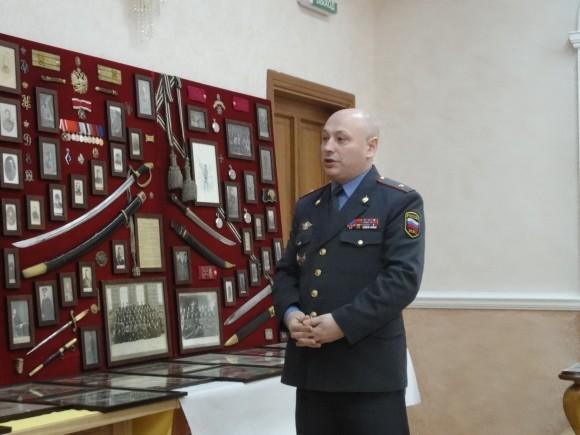 Mайор милиции Игорь Слободкин с выставкой оружия