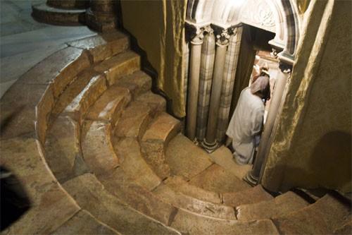 Подземный храм базилики Рождества — пещера Рождества. Внизу, под престолом храма — серебряная звезда, обозначающая место, над которым остановилась звезда, ведущая волхвов