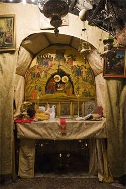 Cтупени, ведущие в пещеру с рождественской звездой — месту, где, по Преданию, родился Христос. Раньше сюда нельзя было спуститься, можно было только заглянуть внутрь через глазок «окулос»