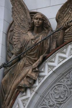Материал, которым был облицован храм Христа, белый камень, намекал на вполне конкретные прообразы — Успенские соборы Владимира и Московского Кремля