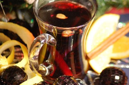 В Германии аромат праздника — это неповторимая смесь глинтвейна с ароматами пряников и коврижек, жареных каштанов и миндаля. Дословный перевод слова «глинтвейн» — раскаленное, обжигающее вино.