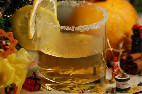 Глинтвейн для детей. Детям будет очень приятно, если им, как взрослым, подадут этот традиционный зимний напиток, а всего-то и требуется, что литр сока да горка ароматных пряностей. Вкус будет взрослый, при этом — ни капли алкоголя.