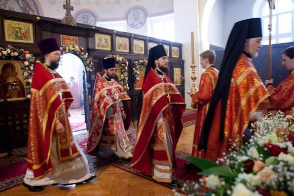 В этот день в университетском храме служат ректоры православных учебных заведений и священнослужители выпускники и сотрудники МГУ