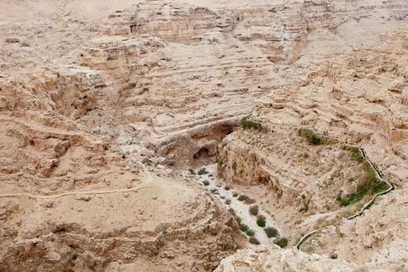 Ущелье Вади-Кельт. Паломники на пути к монастырю св.Георгия Хозевита.
