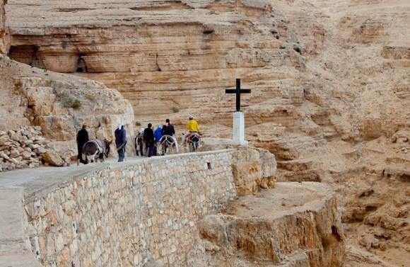 до монастыря никакой транспорт не ходит. паломникам нужна самим преодолеть расстояние в 5 км по узкой горной тропке, вьющейся лентой вдоль гор над ущельем.