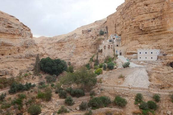 вид на монастырь с половины пути