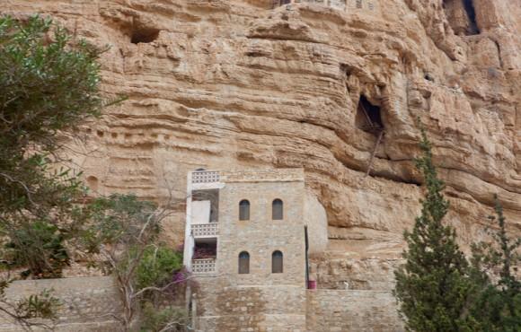 помещения монастыря выдолблены прямо в скалах