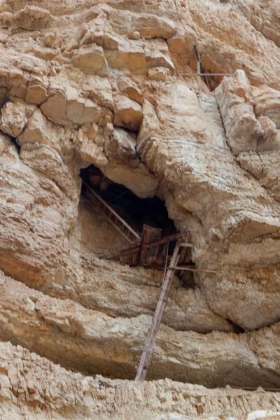 узкие лесенки ведут в кельи монахов, часть из них и сейчас обитаема