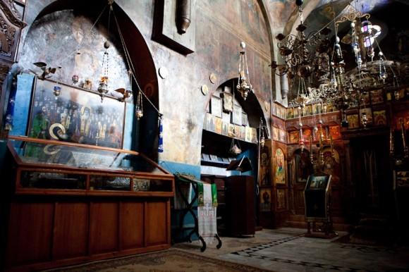 Интерьер главного храма монастыря Георгия Хозевита. в   храме покоятся мощи св. Георгия Хозевита, св. Иоанна Нового (Румына) и др. святых насельников.