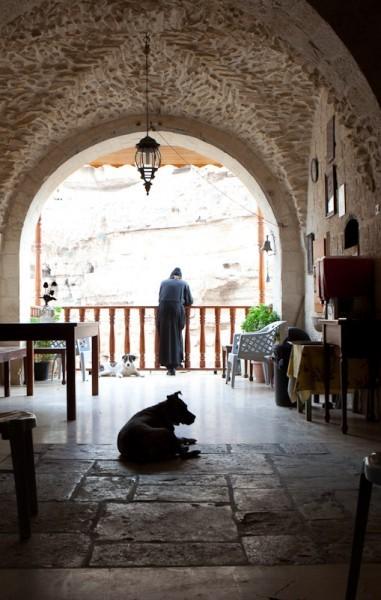 На террасе архондарика устроены столы с чаем и угощениями для паломников