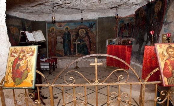 Пещера св.Илии Пророка, где он скрывался три года и шесть месяцев,  а вороны приносили ему еду.