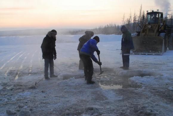 Поселок Айхал, река Марха. Подготовка места под прорубь