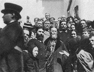 Святой праведный Иоанн Кронштадтский с паствой.