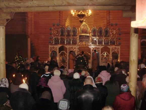 Молящиеся в храме свв. блгв. Петра и Февронии