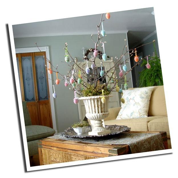 Пасхальное дерево, или куда можно подвесить красивые пасхальные яйца.  2.Вставьте в горшок с землей ветки, например...
