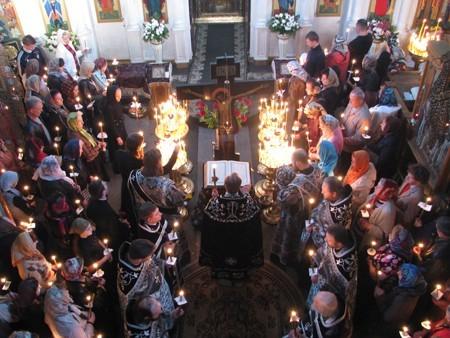 """Страстная пятница: по обычаю, на службе """"Двенадцать Евангелий"""" люди стоят с зажженными свечами"""